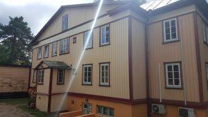 Kortermaja renoveerimine. Muinsukaitse all oleva maja fassaadi renoveerimine. Voodrilaua puhastamine ja värvimine. Linaõlivärv.